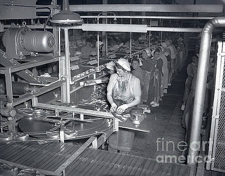California Views Mr Pat Hathaway Archives - Women packing sardines at plant 101 at Cal Pac, the California Packing Corp.